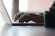 Homem escrevendo no computador