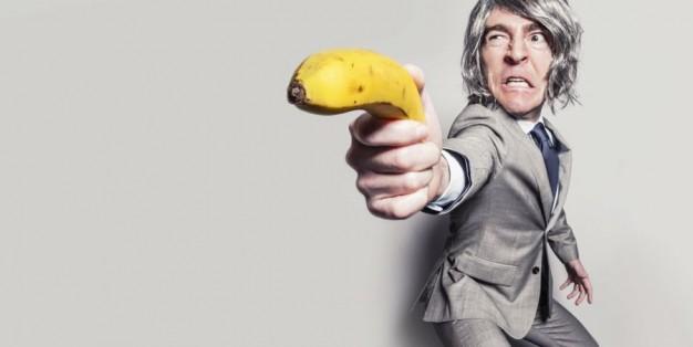 Homem aponta banana