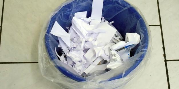 Caixote do lixo com papéis