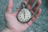 Mão com relógio