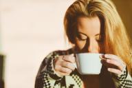 Mulher a beber café da manhã