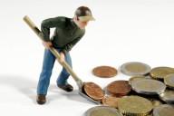 Trabalhador a carregar dinheiro