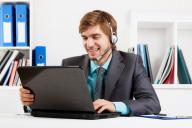 Homem tirando um curso online