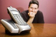 Homem à espera de uma chamada