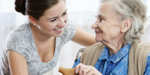 Jovem presta cuidados a idosa