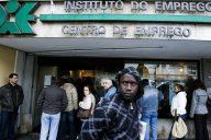 Filas de pessoas à porta do Centro de Emprego de Sintra, 8 Março 2009, em Sintra. (ACOMPANHA TEXTO) JOSÉ SENA GOULÃO/LUSA PORTUGAL DESEMPREGO