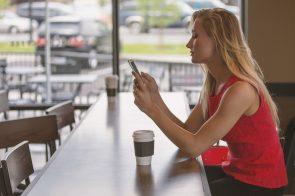 Senhora usando o seu telemóvel