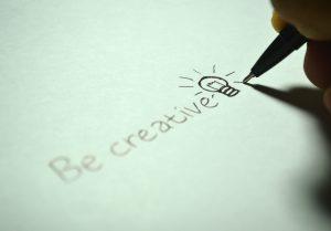 pessoa a escrever em papel branco. sê criativo