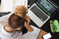 mulher desmotivada com trabalho e computador