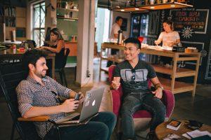 conjunto de pessoas em espaço de coworking