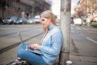 mulher a trabalhar na rua de forma remota