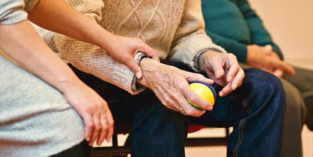 mulher a dar apoio a idosos