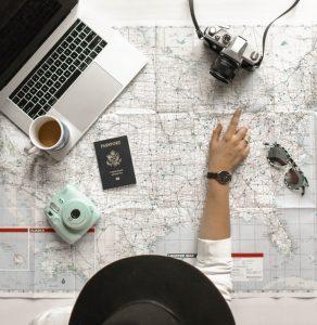 mulher a planear viagem para trabalhar