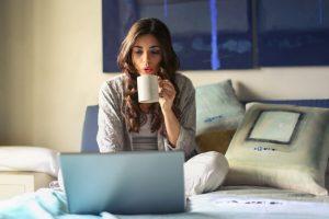 mulher a trabalhar em casa por computador