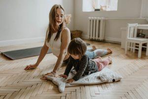 mulher a fazer exercicio com criança
