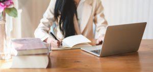 mulher a estudar com computador