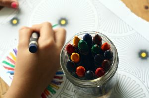 criançar a brincar sozinha pintar