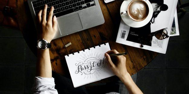 homem a fazer design para online
