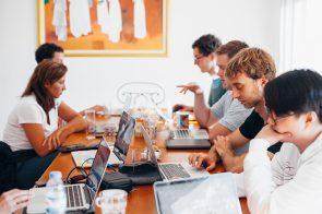 conjunto de pessoas reunidas a trabalhar