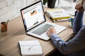 homem ao computador a ver sites