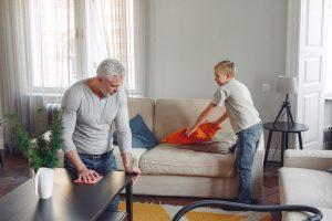 pai e filho a fazer as tarefas da casa