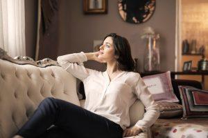 mulher a descansar no sofá