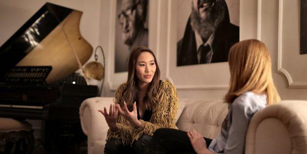 mulher a ser entrevistada por outra mulher