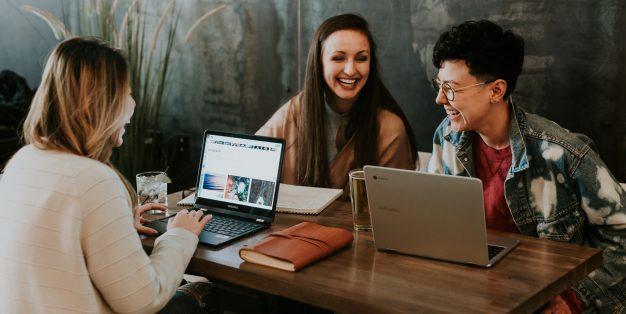 mulheres a sorrir enquanto trabalham