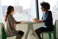duas mulheres numa entrevista de emprego