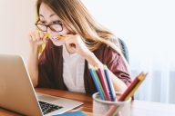 mulher em stress ao computador