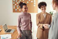 mulheres em entrevista de emprego em escritório