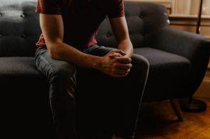 homem nervoso, sentado num sofá