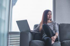 mulher a pensar com computador