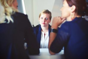 mulher a ser entrevistada por duas recrutadoras