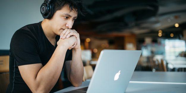 homem a trabalhar no computador