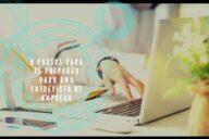 mulher a pesquisar informação no computador