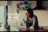 mulher a ter entrevista por videoconferência