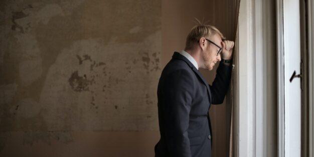 homem triste à janela