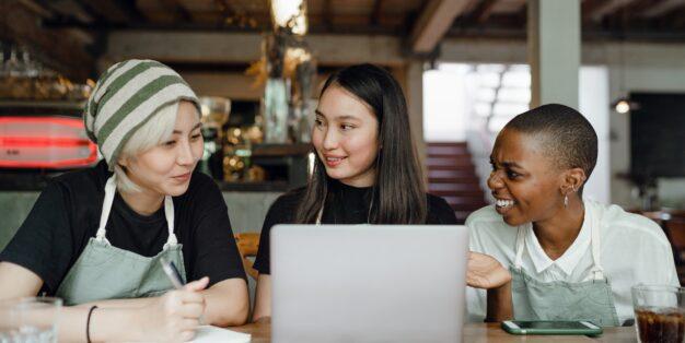 mulheres a falar sobre o trabalho