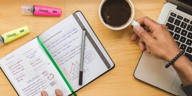 caderno com plano de negócio
