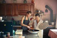 mulheres na cozinhar a trabalhar