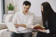 homem e mulher a conversar no trabalho