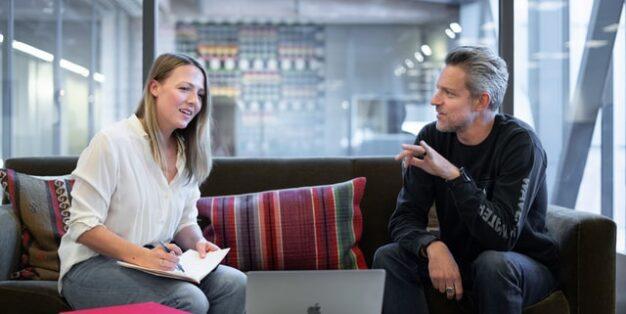 homem e mulher em entrevista num sofá