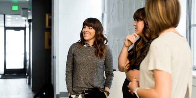 3 mulheres em ambiente profissional