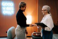duas mulheres em entrevosta de emprego